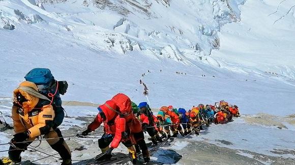 Zer ari da gertatzen Everest mendian?
