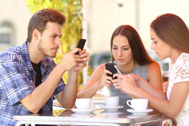 Mintzamena lantzen: Telefono mugikorren arriskuak  eta abantailak